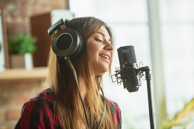 音楽を録音するヘッドフォンでの女性 無料写真
