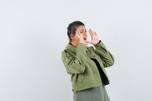 재킷을 입은 여자, 티셔츠를 외치거나 무언가를 발표하고 불안해하는 모습 무료 사진