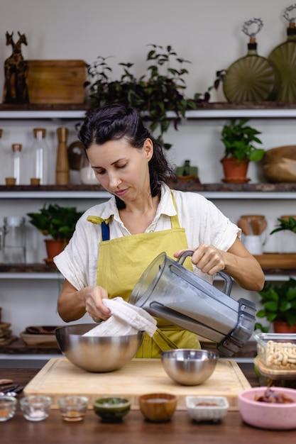 チアプリン作りのプロセスでキッチンの女性 無料写真
