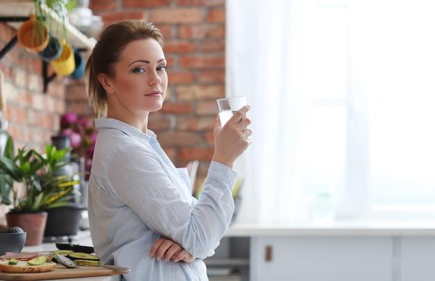キッチンの女性 無料写真