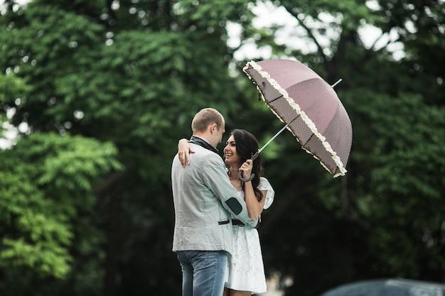 Женщина в любви с зонтиком, глядя на своего друга Бесплатные Фотографии