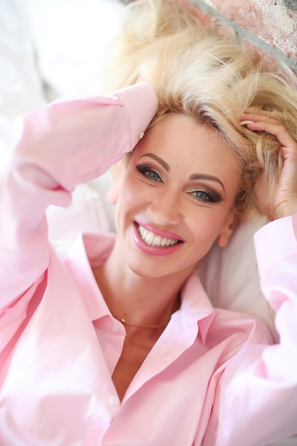 Женщина в розовой рубашке Бесплатные Фотографии