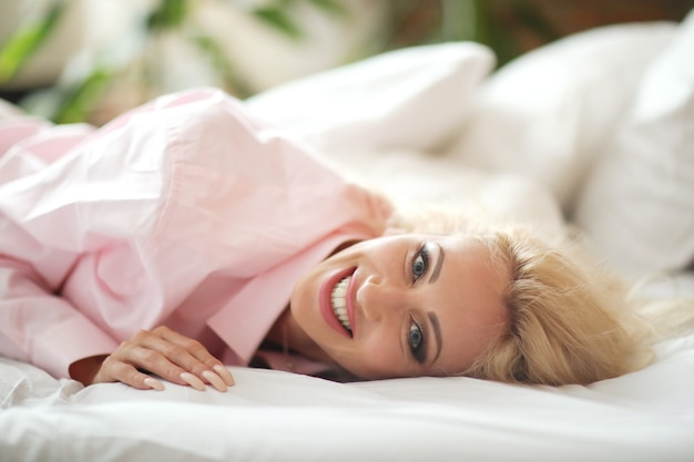 ピンクのシャツの女性 無料写真