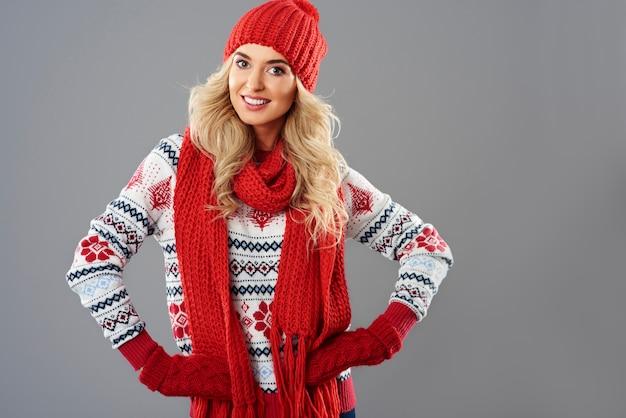 赤と白の冬の服を着た女性 無料写真