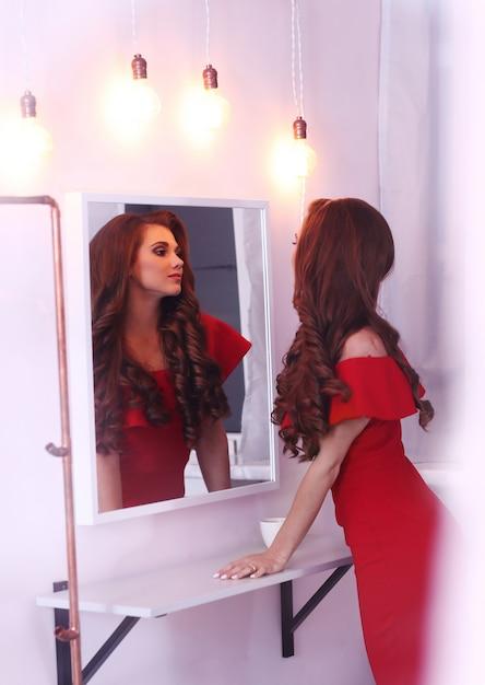 빨간 드레스의 여자 무료 사진