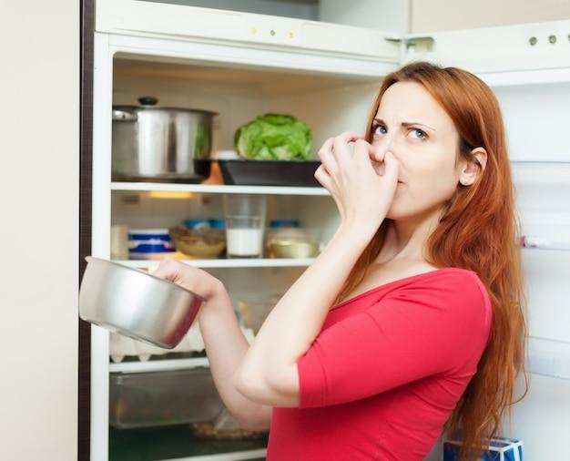 Женщина в красном держит грязную пищу Бесплатные Фотографии