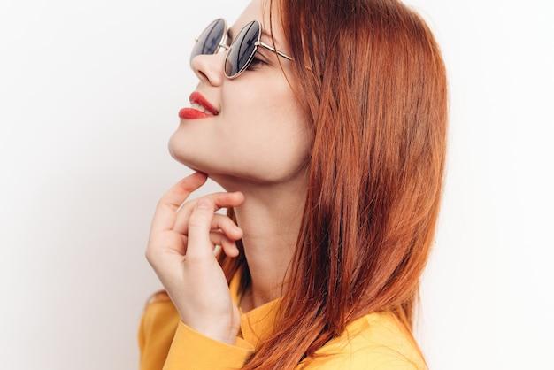 サングラス、白い背景、喜びと驚きの女性 Premium写真