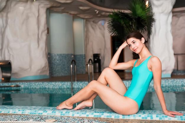 プールでポーズの水着の女性 無料写真