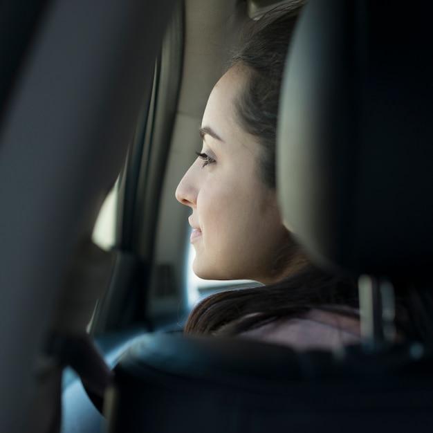 後ろから見た車の中の女性 無料写真