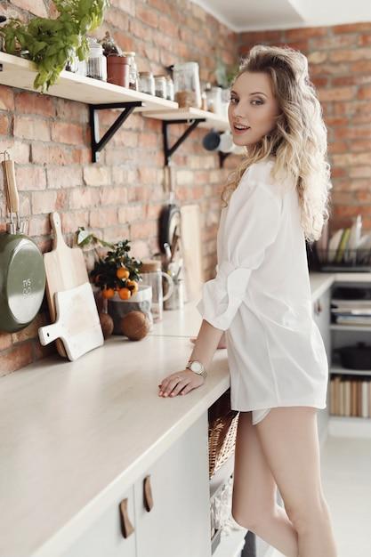 Женщина на кухне Бесплатные Фотографии