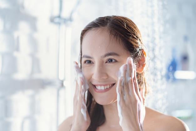 シャワー中の女性 無料写真