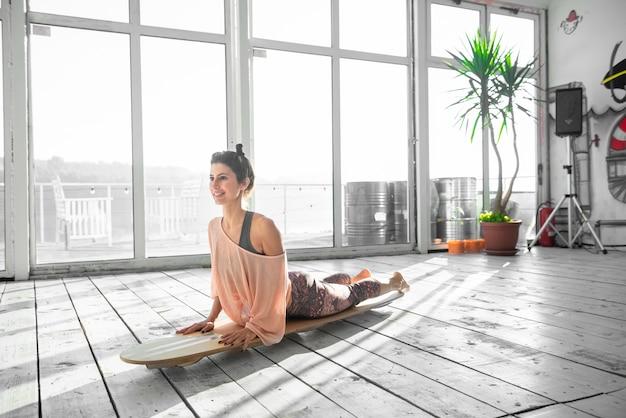 Женщина в положении йоги собаки лицом вверх. Premium Фотографии