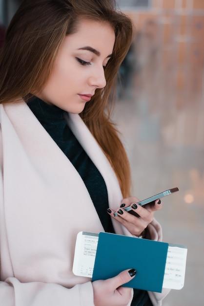 Женщина в зале ожидания международного аэропорта. Premium Фотографии