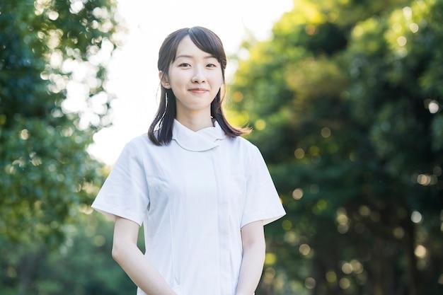 Женщина в белых халатах медицинское изображение медсестер салонов стоматологической гигиены в целом и т. д. Premium Фотографии