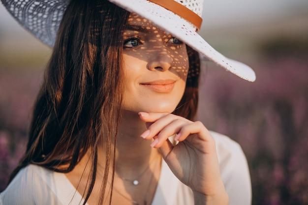 Женщина в белом платье в поле лаванды Бесплатные Фотографии
