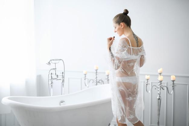Женщина в белом белье Бесплатные Фотографии