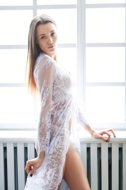 백색 란제리에있는 여자 무료 사진