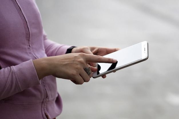 A woman is busy using a cellphone Premium Photo