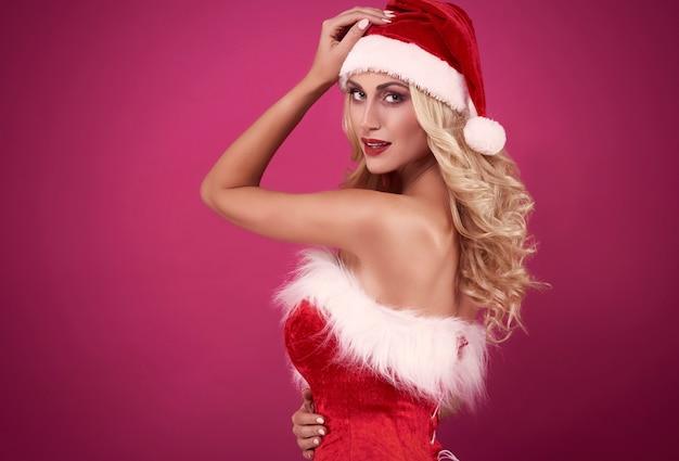 여자는 카메라를보고 산타의 의류 무료 사진