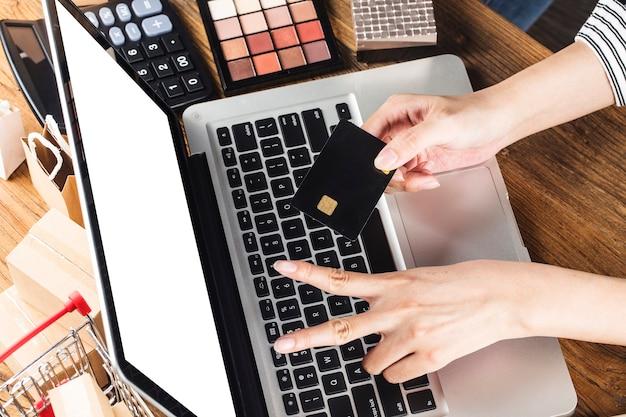 Женщина использует компьютер для покупок в интернете Бесплатные Фотографии