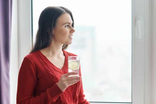 Woman iwith glass of water with lime Premium Photo