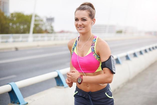 街をジョギングしている女性 無料写真