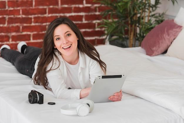 Donna che impara corsi online di fotografia digitale Foto Gratuite