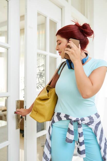 그녀의 집을 떠나는 여자 프리미엄 사진