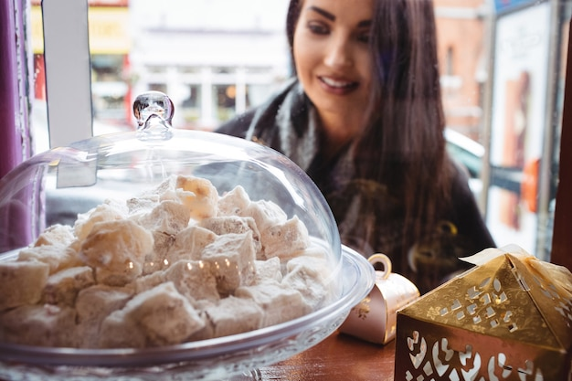お店でトルコのお菓子を見ている女性 無料写真