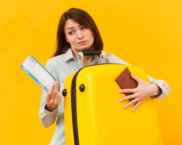 Женщина выглядит разочарованной в билет на самолет Бесплатные Фотографии
