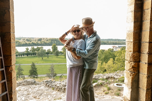 Donna che guarda un uomo che l'abbracciò Foto Gratuite