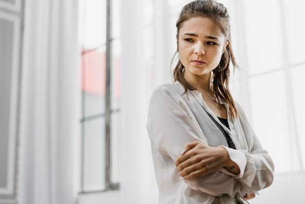 Donna che sembra triste mentre lavorava troppo da casa Foto Gratuite