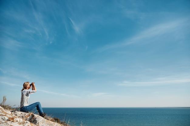 Женщина смотрит в бинокль Бесплатные Фотографии