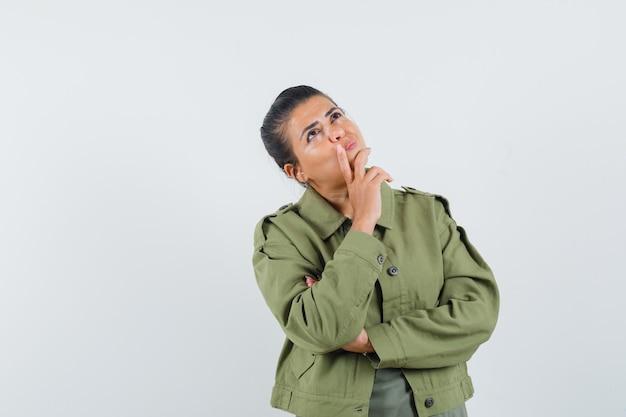여자 재킷, T- 셔츠에서 찾고 잠겨있는 찾고 무료 사진