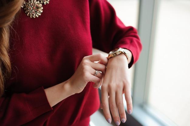 空港で飛行機を待っている時計を見る女性 Premium写真
