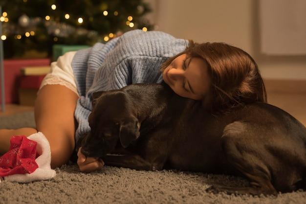 Donna che ama il suo cane a natale Foto Gratuite