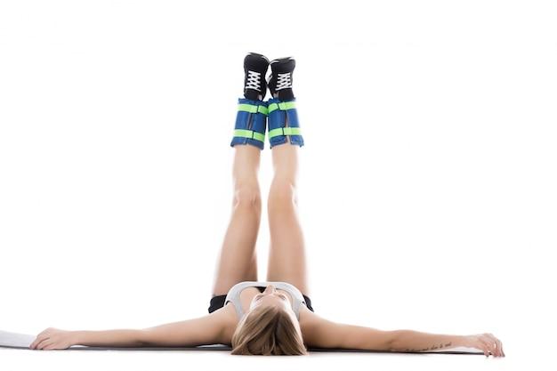 上げ足で床に横たわっている女性 無料写真