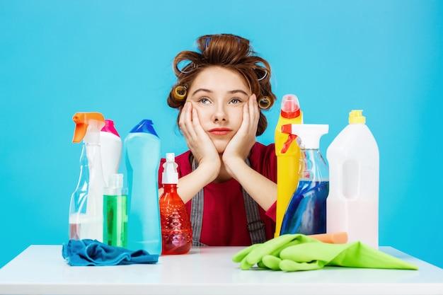 Женщина делает макияж и убирает дом, выглядит усталой Бесплатные Фотографии