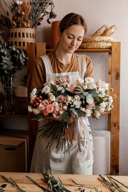 Женщина делает цветочный букет Бесплатные Фотографии