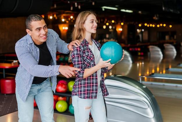 Donna e uomo che giocano a bowling Foto Gratuite