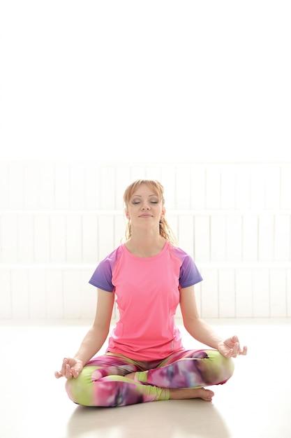 Женщина медитирует в позе йоги Бесплатные Фотографии