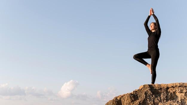 Женщина медитирует на побережье с копией пространства Бесплатные Фотографии