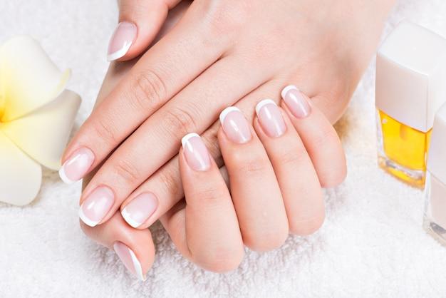 Donna in un salone di bellezza che riceve manicure da un'estetista. concetto di trattamento di bellezza. Foto Gratuite