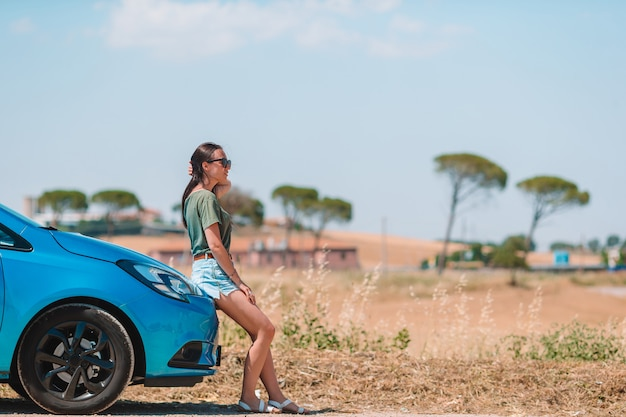 Woman for a new adventure looking for the right way on the map Premium Photo