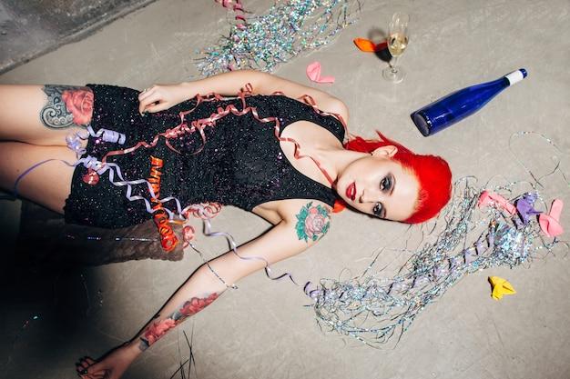 Женщина на полу с праздничным декором Premium Фотографии