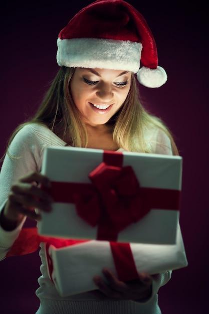선물 상자를 여는 여자 무료 사진