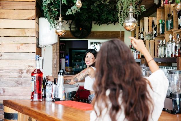 Женщина заказывает в баре Бесплатные Фотографии