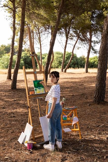 キャンバスに風景を描く自然の中で屋外の女性 無料写真