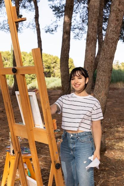 キャンバスに絵を描く自然の屋外の女性 無料写真