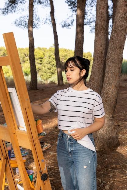 自然の絵の外の女性 無料写真